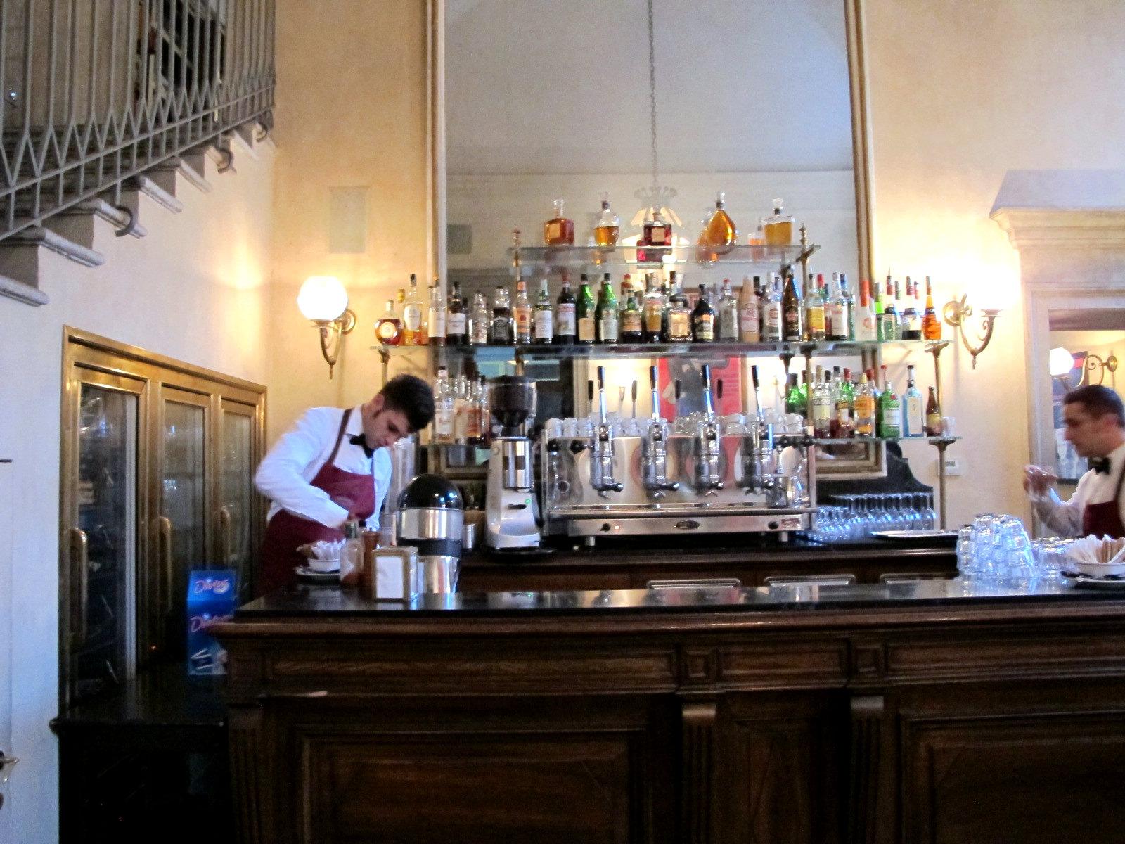 Giacomo caffè à Milan, livres d'art et grands miroirs…