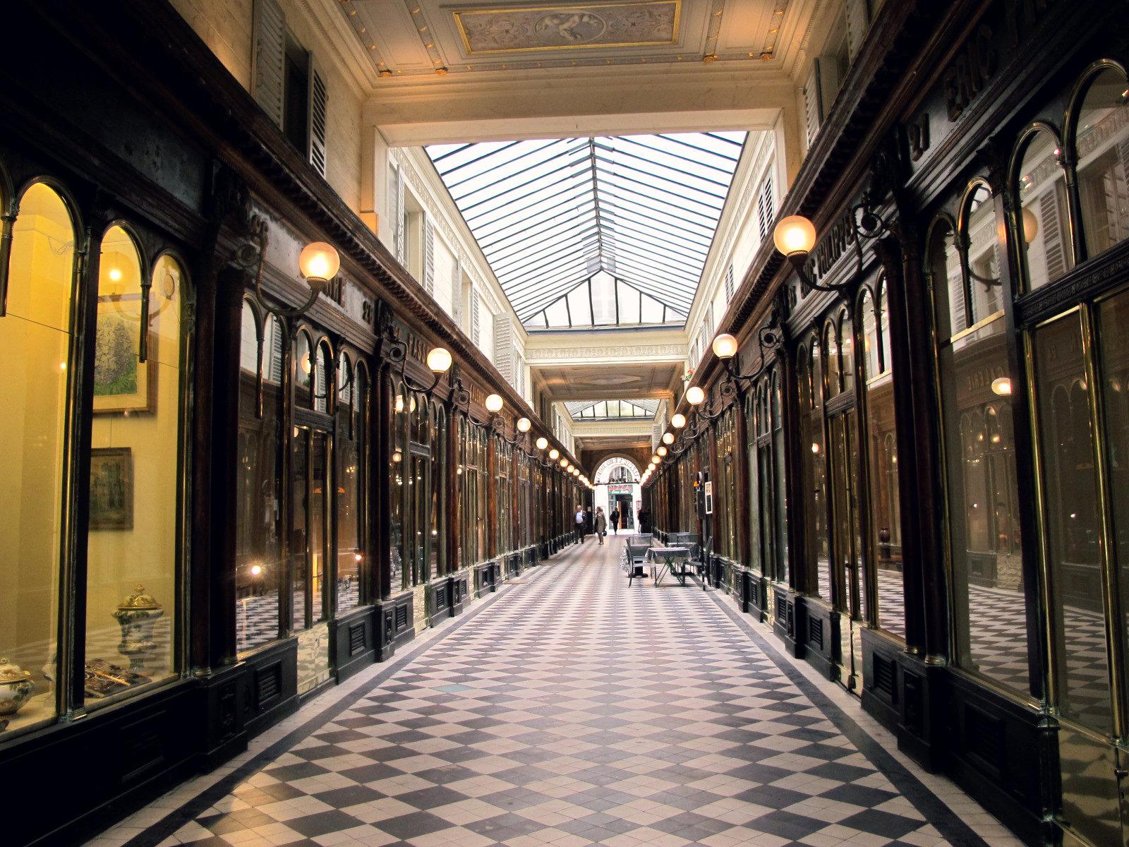 Le vendeur de ukulélé de la galerie Vero-Dodat à Paris