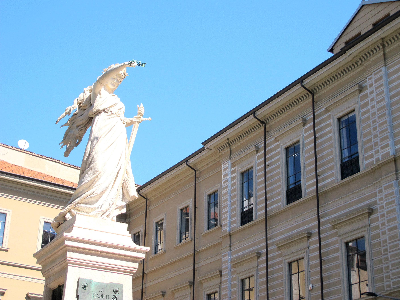 statue piazza mentana milan